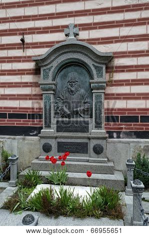 Tomb with monument sculpture of  Neofit Rilski