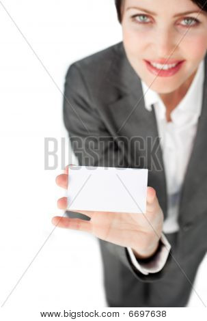 charismatische geschäftsfrau eine weiße Karte anzeigen