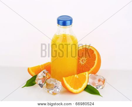 fresh orange juice bottled in the glass bowl with blue lid