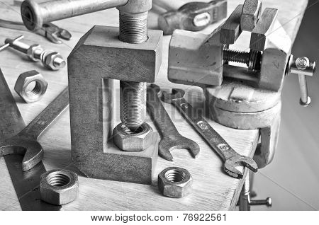 Device For Threading Into The Nut