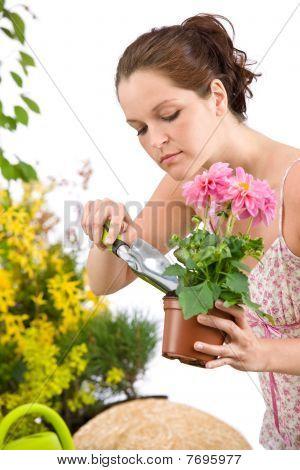 garten-ringelblume Woman holding Flower Pot und Schaufel