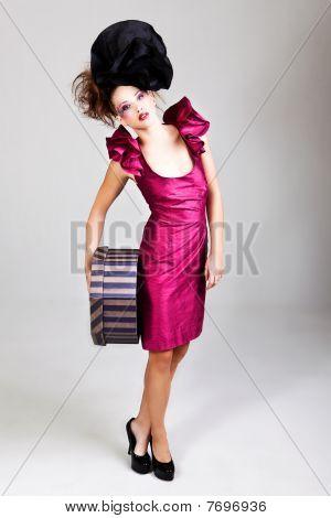 Junge Frau im Avantgarde Kleidung