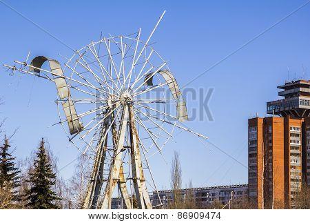 disassembled design rusty Ferris wheel