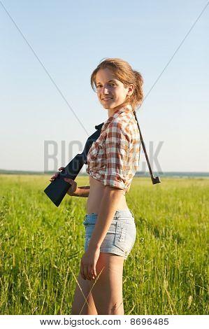Mädchen mit pneumatischer Luftgewehr