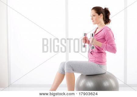 Frau Übung Hantel Ball Fitnessraum