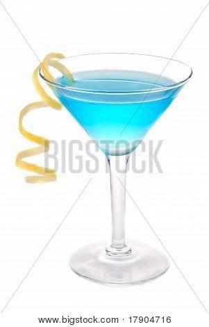 Cóctel azul cosmopolita en vaso de cócteles de Martini