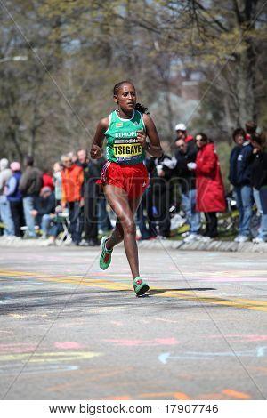 BOSTON - 18 de abril: Razas de corredores de Elite Femenino la colina de angustia durante el maratón de Boston abril