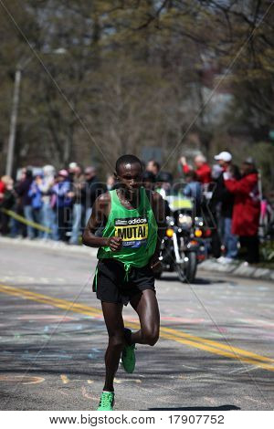 BOSTON - 18 de abril: Carreras Geoffrey Mutai Heartbreak colina durante la maratón de Boston el 18 de abril de 201