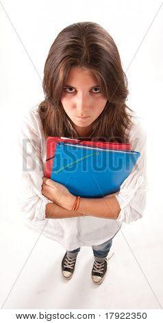 Imagen aislada de una chica joven enojada sosteniendo algunas carpetas