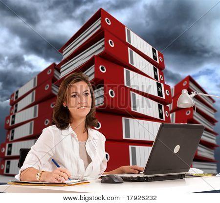 Frau mit Haufen von Ringbüchern im Hintergrund und einem wolkigen Himmel an ihrem Schreibtisch sitzen