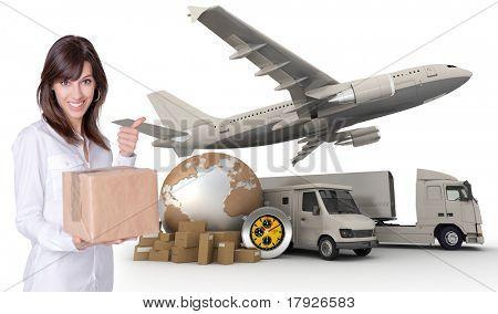 Feliz joven sosteniendo una caja con un transporte relacionados con el fondo