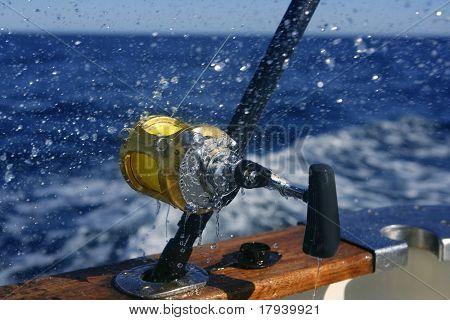 Big game fishing barco em alto mar em barco
