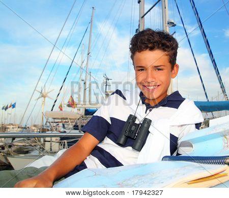 marinero de teen boy poner mapa de carta marina barco sonriendo en vacaciones de verano