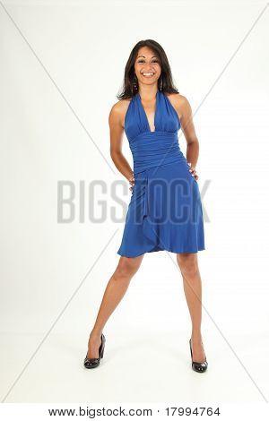 Impresionante chica en vestido azul