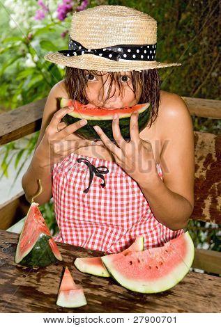 mujer comiendo un melón de agua