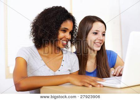 Meninas usando um Laptop