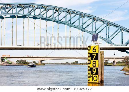 Messung der Freibord über eine große Brücke in die Niederländer über den Fluss Ijssel bei zwolle
