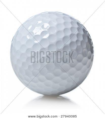 Pelota de golf aislada en blanco