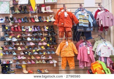 Ropa y zapatos para niños