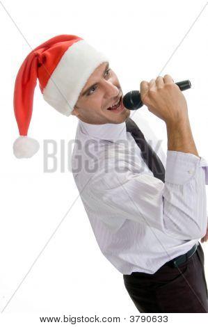 Masculina el cantar en el Karaoke