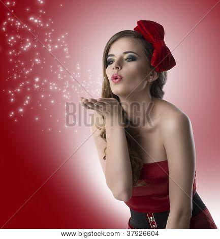 hübsches Mädchen mit roten Kleid wandte sich von drei Vierteln
