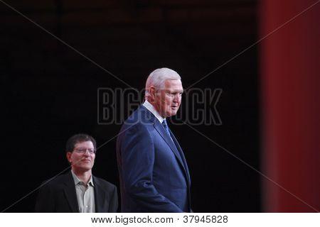 San Francisco, Ca, 1 de outubro de 2012 - lendário americano Basketball jogador Jerry West (à direita) congratula-se com ou
