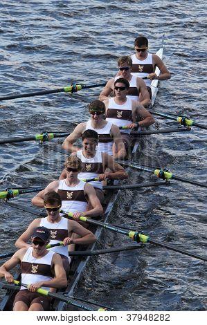 Razas de Brunswick escuela Boat Club en la cabeza de Charles Regatta