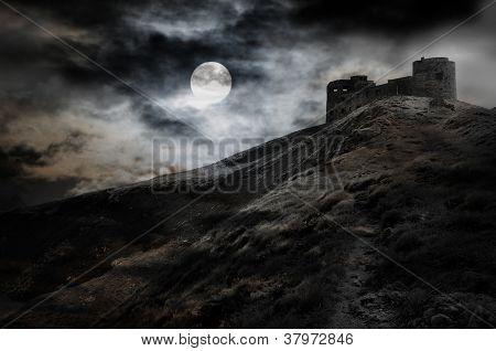 Noche, la luna y la fortaleza oscura