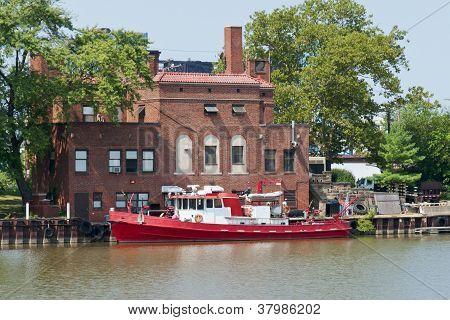Feuerlöschboot auf dem Fluss