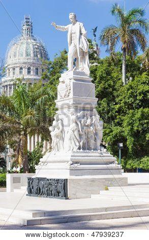 El monumento de José Martí en el Parque Central de la Habana con la capital en el fondo