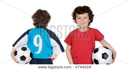 Niños con el balón de fútbol