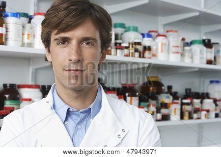 Retrato de farmacêutico masculino confiante em farmácia