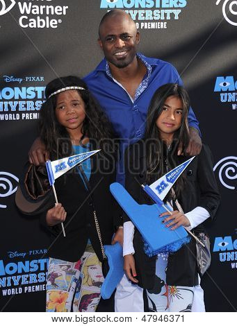 LOS ANGELES - JUN 17:  Wayne Brady & Kids arrives to the '