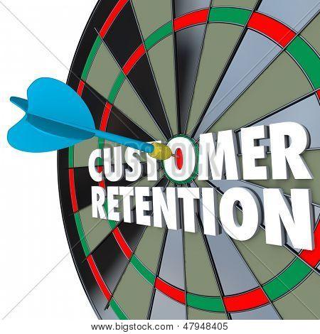 Las palabras de retención de clientes en un tablero de dardos con un dardo de golpear el blanco perfecto