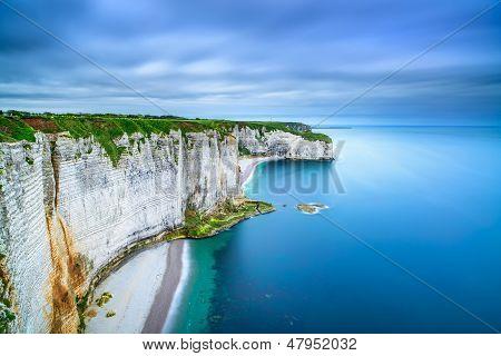 Etretat, roca acantilado y playa. Vista aérea. Normandía, Francia