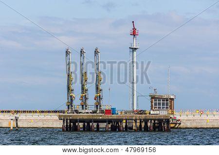 Ship refueling station
