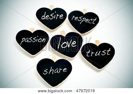 Einige herzförmigen Tafeln mit anderen Worten, die darauf mit Bezug zu Konzept, wie z. B. Liebe geschrieben