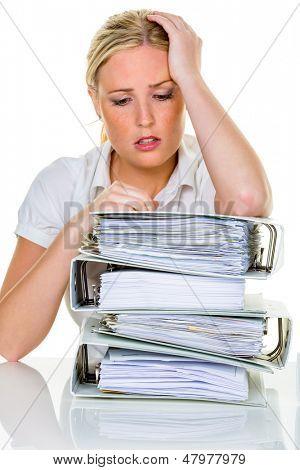 Junge Frau im Amt ist mit Arbeit überwältigt. Burnout in arbeiten oder zu studieren.