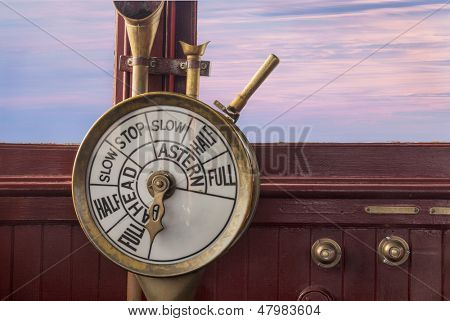 controles de motor (telégrafo) em uma ponte de navio vintage