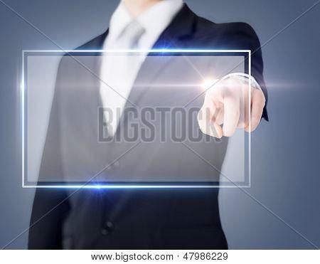 technologie van de toekomst en businessconcept - mannenhand virtuele scherm aan te raken
