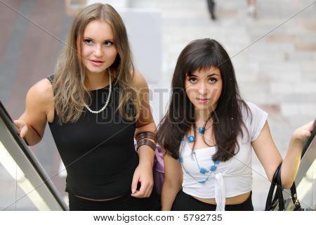 Mujeres en escalera mecánica
