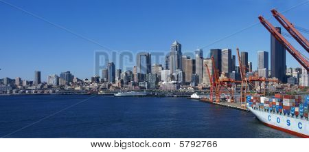 Panorama - horizonte de Seattle Waterfront, con Ferry y astillero
