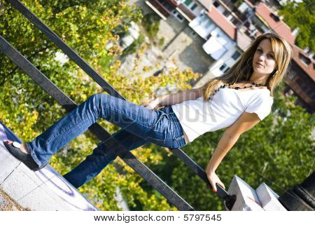 linda chica joven posando