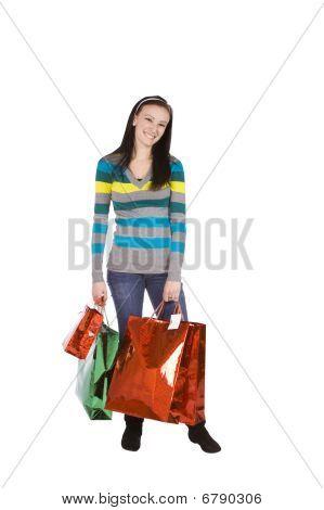 Tiro isolado de uma linda menina com sacos de compras