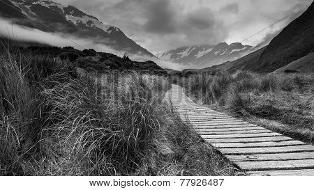 A wooden path in the scenic Mount Cook Nationalpark.