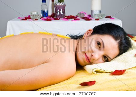Mulher relaxante no Spa Salon