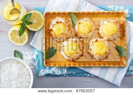 Coconut macaroon cookies with lemon curd
