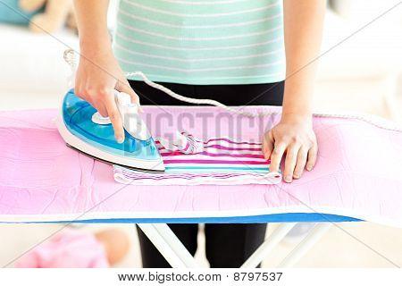 Nahaufnahme einer Caucasian Frau ihre Kleider Bügelservice
