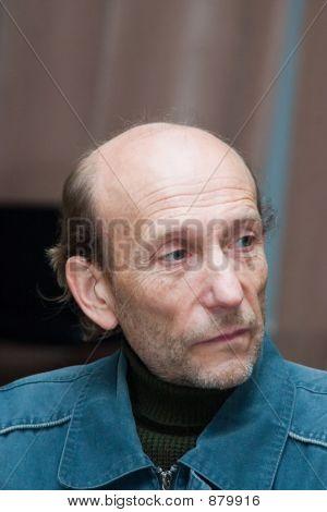 Hombre de chaqueta azul
