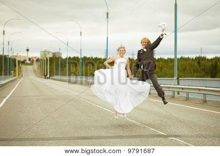 Recém casada com par de saltos na estrada